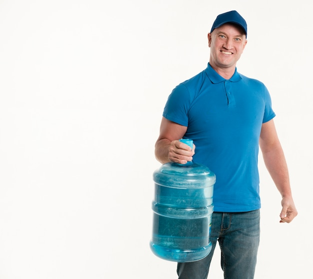 Bottiglia di acqua e sorridere della tenuta del fattorino