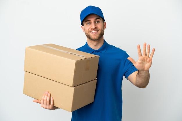 Uomo di consegna su sfondo bianco isolato contando cinque con le dita