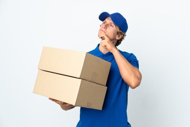 Uomo di consegna su bianco isolato che ha dubbi