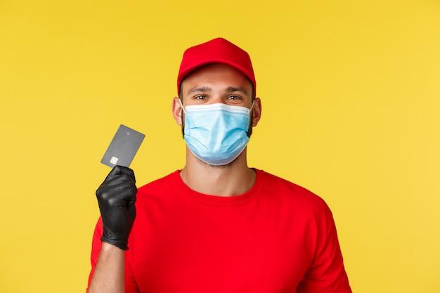 Fattorino in una maglietta rossa che indossa maschera medica