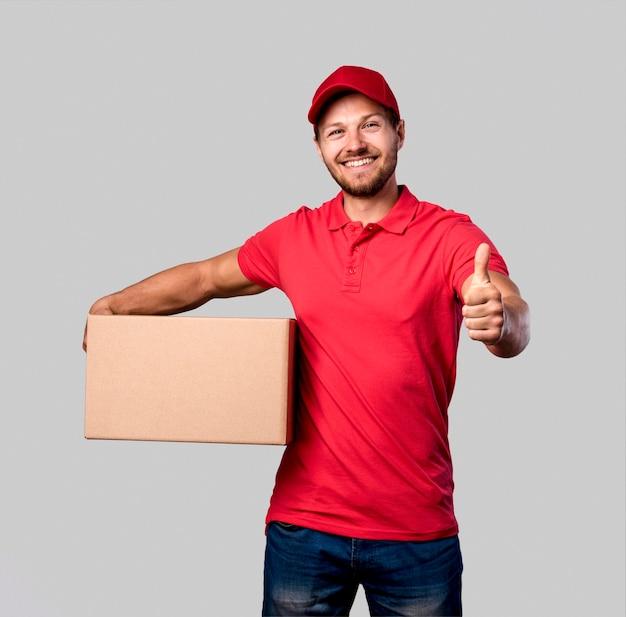 Uomo di consegna che mostra segno giusto