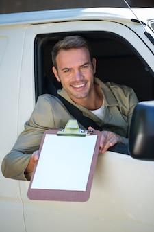Uomo di consegna seduto nel suo furgone