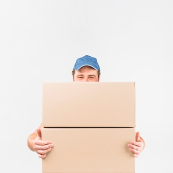 Uomo di consegna in piedi con due grandi scatole