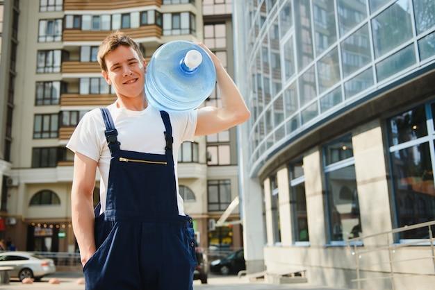 Fattorino con bottiglia d'acqua all'aperto