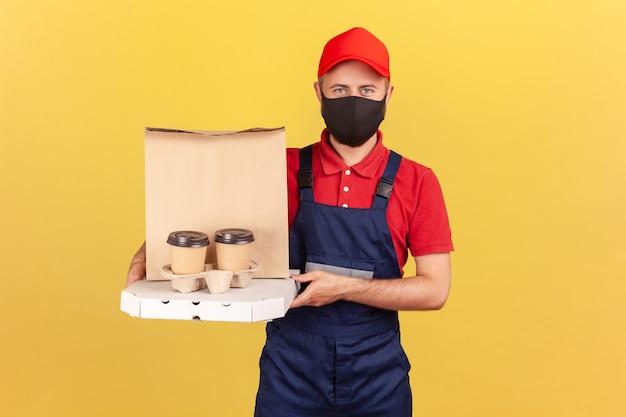 Fattorino con maschera che tiene caffè, cibo e pizza che offre bevande e consegna di cibo