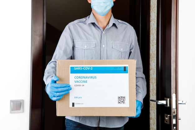 Scatola medica di consegna dei vaccini. il corriere consegna il vaccino. virus covid19