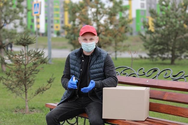 Corriere del servizio di consegna durante la pandemia di coronavirus