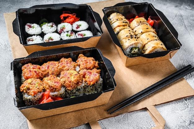 Servizio di consegna rotoli di cibo giapponese in scatola.