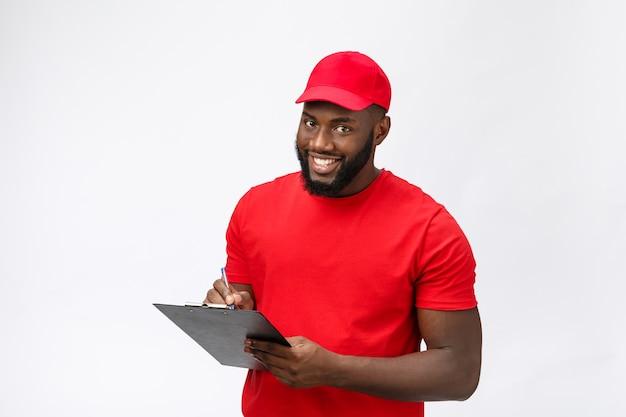 Servizio di consegna - ritratto di uomo di consegna afroamericano bello o corriere che mostra un modulo di documento di conferma da firmare.