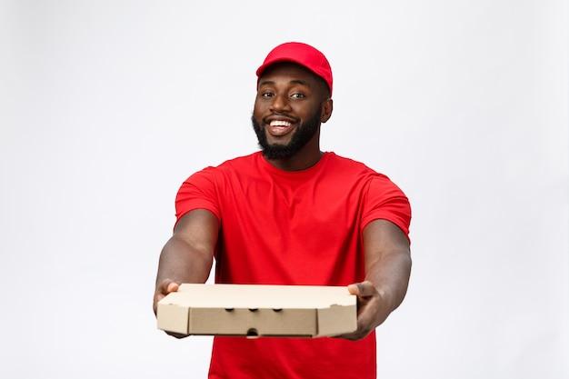 Servizio di consegna - ritratto dell'uomo di consegna bello afroamericano pizza