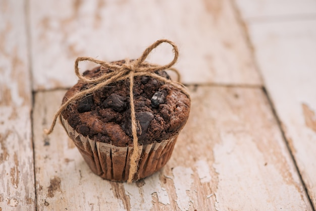 Deliziosi muffin al cioccolato fatti in casa sul tavolo. pronto a mangiare.