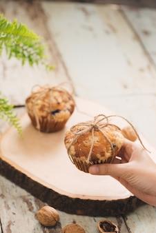 Deliziosi muffin alle noci fatti in casa sul tavolo. dolci