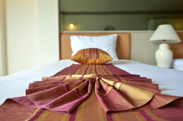 Deluxe retro del letto e cuscini. camera da letto reale e lussuosa