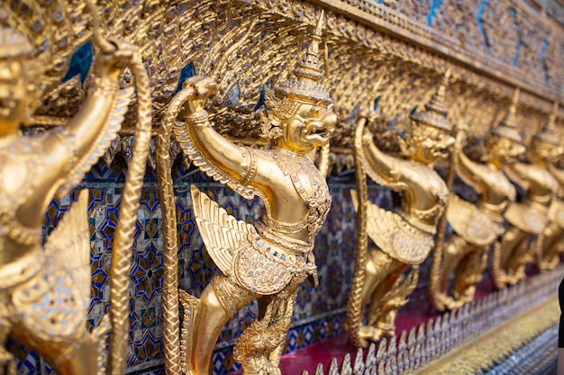 Demon custode d'oro al wat phra kaew , buddha a bangkok, thailand