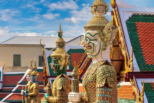 Guardiano del demone nel tempio di wat phra kaew del buddha di smeraldo a bangkok