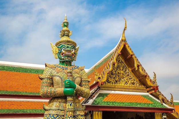 Guardiano del demone in wat phra kaew - tempio del buddha di smeraldo a bangkok