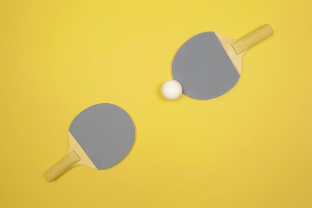 Dimostrando i colori di tendenza dell'anno 2021. grigio definitivo e illuminante. racchetta da ping pong