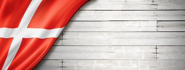 Bandiera della danimarca sul vecchio muro bianco