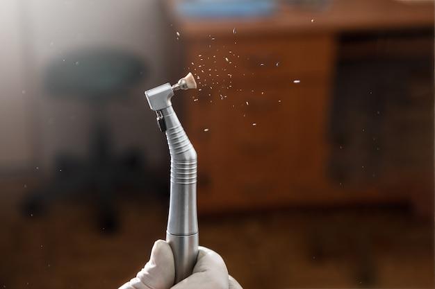 Manipolo dentale ad alta velocità e spazzola lucidante in azione Foto Premium