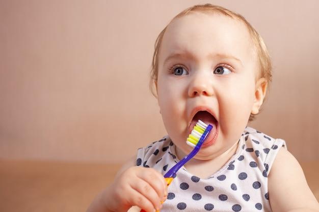 Bambina felice di igiene dentale che pulisce i suoi denti