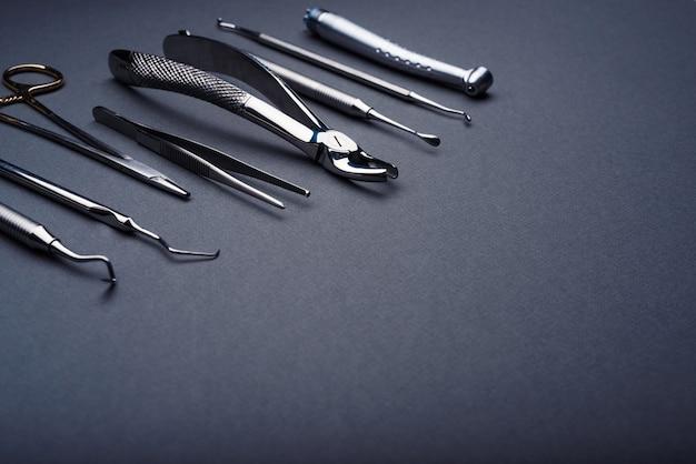 Strumenti dentali composti su sfondo grigio con spazio di copia