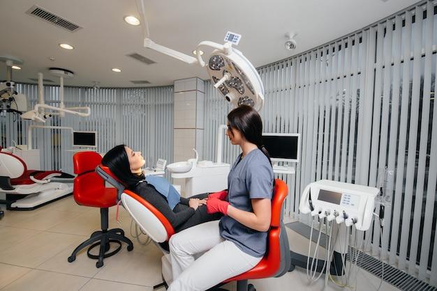 Il dentista conduce un esame e una consultazione del paziente. odontoiatria.