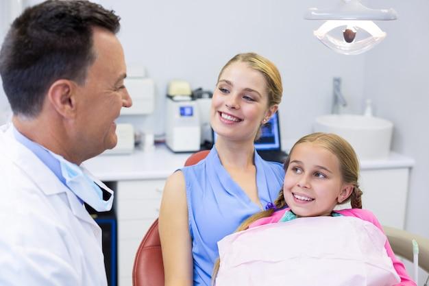 Dentista che interagisce con il giovane paziente