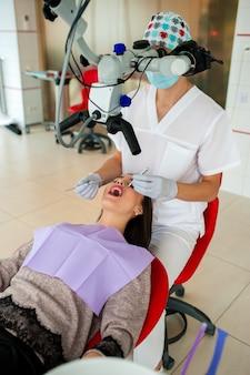 Il dentista sta optando per una bella donna in odontoiatria