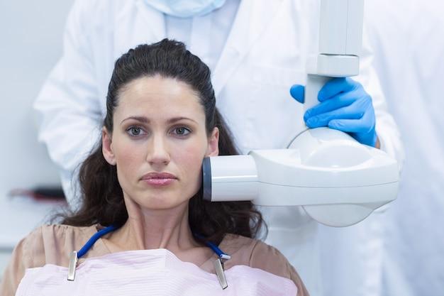 Dentista che cattura i raggi x dei denti dei pazienti