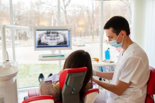 Il dentista informa il paziente sulle condizioni dei denti