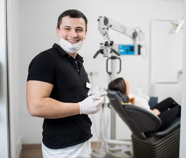 Dentista con le mani guantate che tratta un paziente