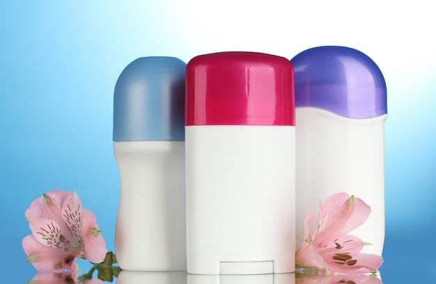 Deodoranti con fiori sull'azzurro