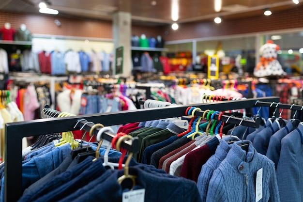 Grande magazzino con un vasto assortimento di vestiti