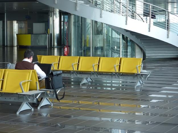 Un gate di partenza in un grande aeroporto internazionale