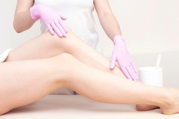 Depilazione e massaggio belle gambe femminili