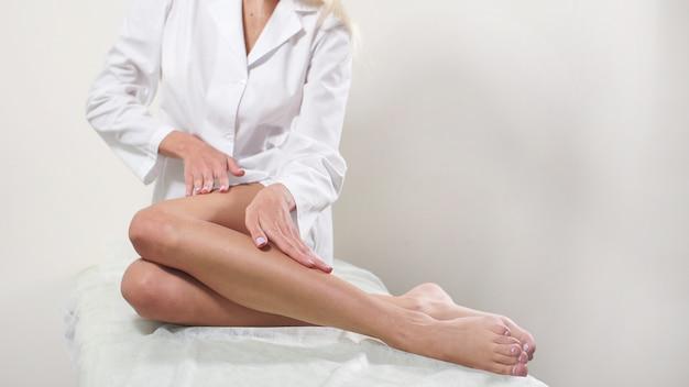 Depilazione, pelle liscia, cura della pelle, centro benessere, stile di vita sano