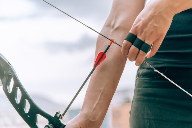Distribuire la freccia per sparare dall'arco di tiro con l'arco