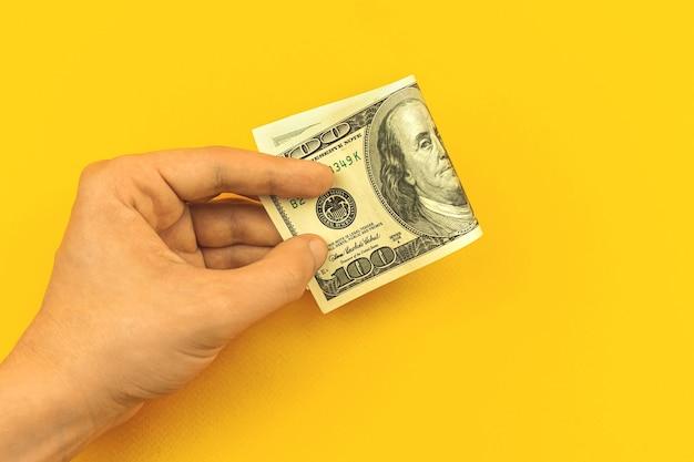 Deposito sullo sfondo del concetto di banca con foto di mano e denaro, prestito e credito