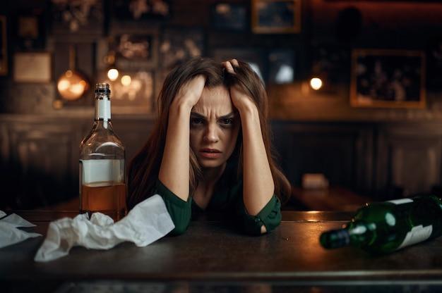 Donna ubriaca depressa al bar, sollievo dallo stress