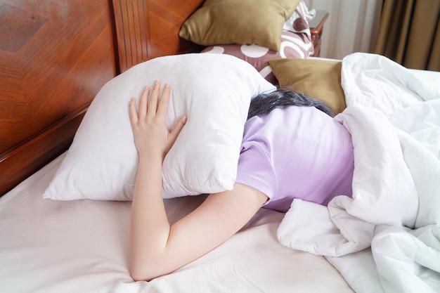 La ragazza depressa non riesce a dormire a tarda notte stanca