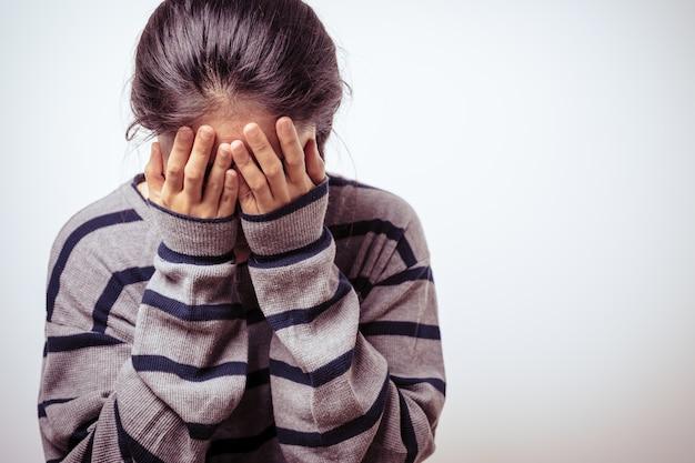 La mano delle donne depresse copre il viso che piange, concetto di giornata dei diritti umani