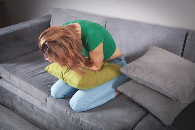 Giovane donna depressa che pensa ai suoi problemi a casa.
