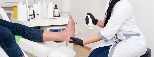 Il dermatologo tratta il paziente nella clinica moderna.