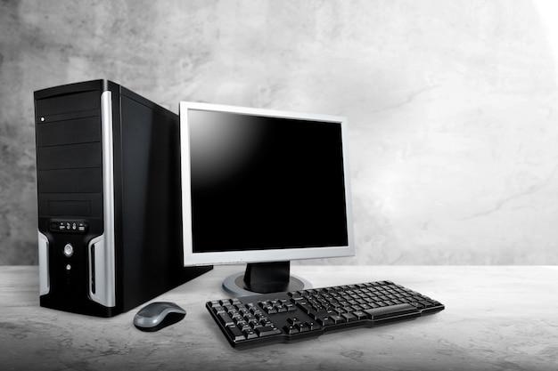 Computer desktop su scrivania in legno