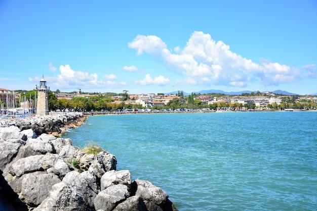 Architettura del punto di riferimento del lago e dell'iarda di polizia dell'italia della città di desenzano