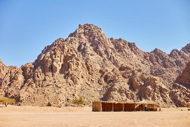 Deserto su uno sfondo di montagne. belle dune di sabbia nel deserto.