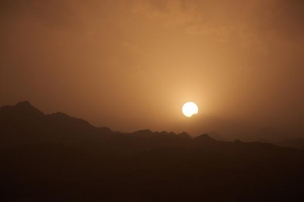 Paesaggio del deserto delle montagne del sinai, con un tramonto