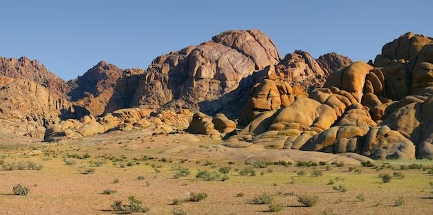 Paesaggi desertici della mongolia, rocce rosse