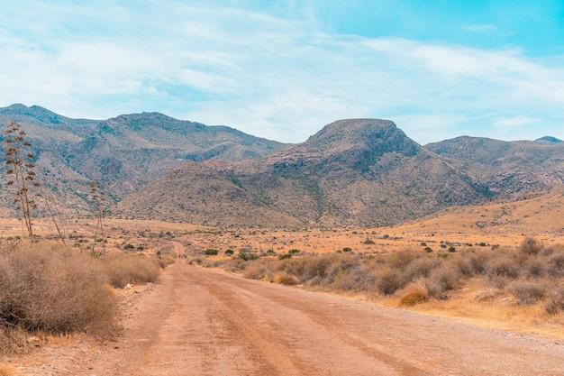 Sentiero del deserto nel parco naturale di cabo de gata, nijar, andalusia. spagna, mar mediterraneo