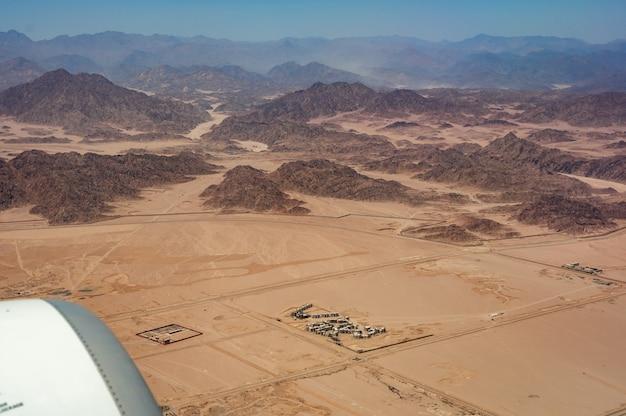 Vista del deserto dall'aereo. bello paesaggio di vista aerea delle cime delle montagne nel deserto. montagne nel deserto, vista aerea. le montagne dell'horeb in egitto sulla penisola del sinai